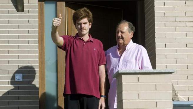 El joven herido en el último atentado de Londres, Alejandro Martínez Saura (i), junto a su abuelo Jose Luis Saura (d), en la puerta de su casa en la pedanía murciana del Esparragal.