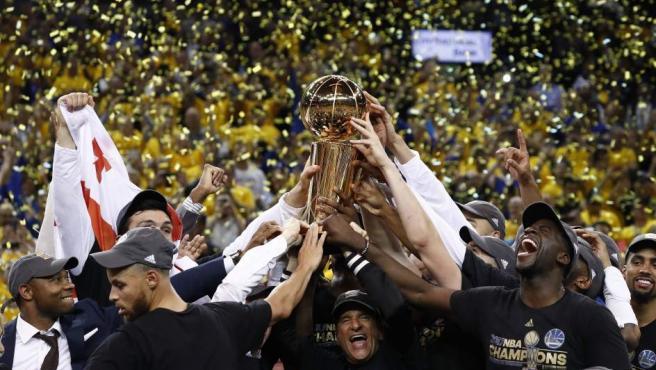 Los jugadores de Golden State Warriors celebran su victoria ante Cleveland Cavaliers en las Finales de la NBA. Por fin consiguen su segundo anillo NBA.