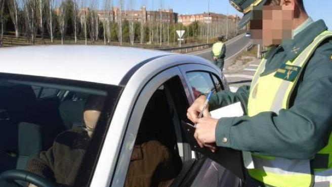 Una Guardia Civil pone una multa en una imagen de archivo.