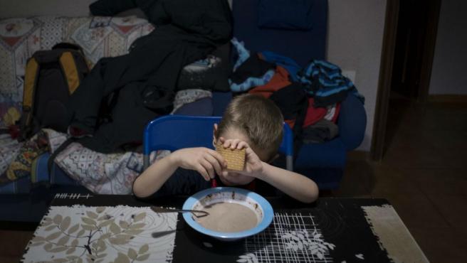 Un niño de cinco años que vive en situación de pobreza severa en Valencia.
