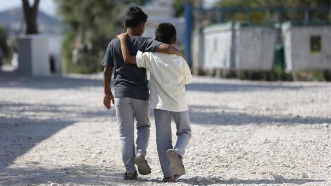 Dos niños refugiados caminan en el campo de Kara Tepe, en la isla griega de Lesbos.