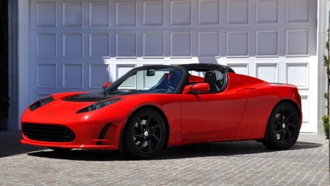 El Tesla Roadster que está actualmente en el mercado es un deportivo biplaza con carrocería descapotable que está impulsado únicamente por un motor eléctrico de 292 CV y que salió a la venta en España en 2011 por un precio que parte de los 95.716 €.