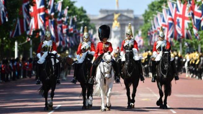 'Trooping the colour' es la tradicional fiesta y desfile en el que se celebra el cumpleaños de la reina Isabel II de Reino Unido.