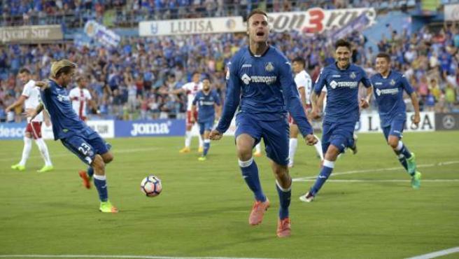 El defensa del Getafe Juan Cala (c) celebra su gol frente al Huesca, durante el partido de vuelta de la promoción de ascenso a Primera División en el Coliseo Alfonso Pérez, en Getafe