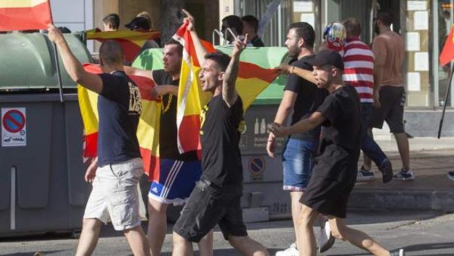 Varios miembros del grupo neonazi Lo Nuestro, son escoltados por la policía nacional y local hacia el parqué Fofó, donde se han concentrado, tras haber irrumpido en la zona del desfile del Orgullo Gay, al cruzar la avenida de la Constitución supuestamente en su camino al parque Fofó, esta tarde en la Avenida Juan Carlos I de Murcia.