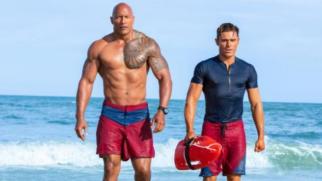 Fotograma de la película protagonizada por Dwayne Johnson y Zac Efron.