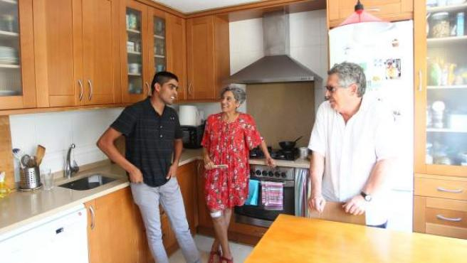 Naveed, junto a María Jesús y Patxi, en la casa del matrimonio en Aranjuez.