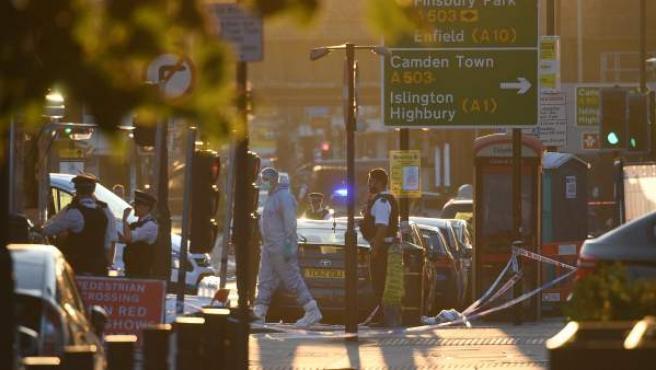 Investigadores en Londres, tras el atropello en una mezquita.