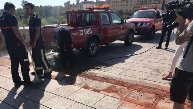 Policía y Bomberos trabajan en el Puente Romano para reparar las losetas levantadas por el calor.