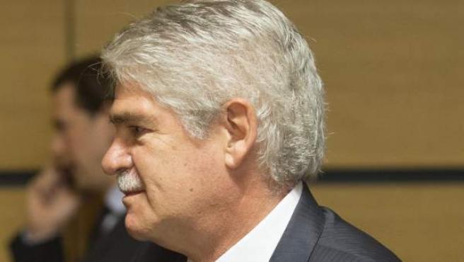 El ministro de Asuntos Exteriores, Alfonso Dastis, charla con su homólogo portugués, Augusto Santos Silva.