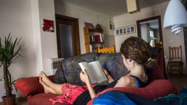 Sara, mujer intersexual, en el salón de su domicilio.