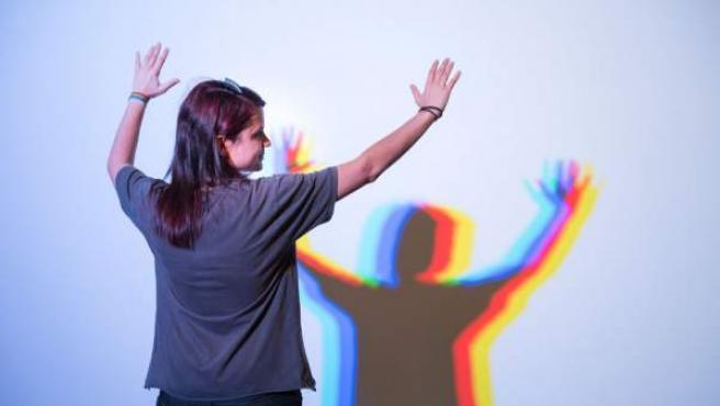 Un juego simbólico de luces con los colores del arcoíris recibe a los visitantes a la entrada de la exposición 'Subversivas. 40 años de activismo LGTB en España'. ©. FELGTB