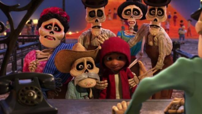 Fotograma de la última película de Pixar que se adentra en la Tierra de los Muertos en México.