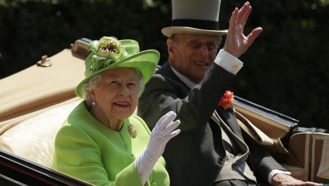 La reina Isabel II de Inglaterra y el príncipe Felipe, duque de Edimburgo, a su llegada la primera jornada de la competición hípica del Royal Ascot.