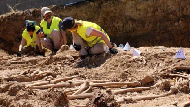 Imagen de los arqueólogos trabajando en la fosa de Figuerola d'Orcau.