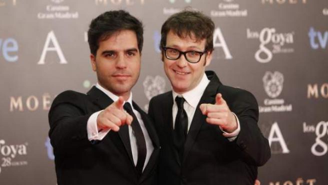Ernesto Sevilla y Joaquín Reyes posan de buen humor ante los fotógrafos que cubren el 'paseillo' de los invitados por la alfombra roja en los Premios Goya 2014.
