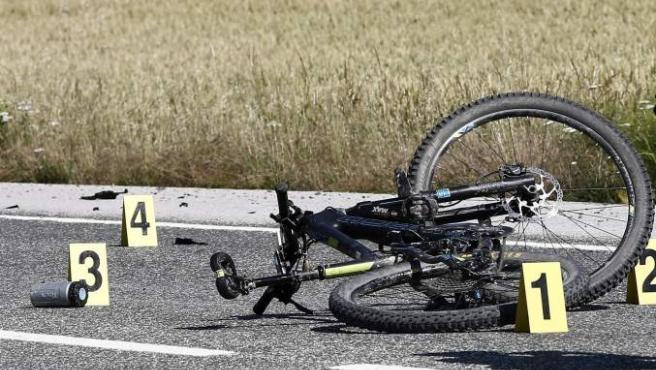 Una bicicleta en la carretera tras un accidente, en una imagen de archivo.