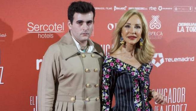 Alejandro Gómez Palomo, diseñador de Palomo Spain, junto a Carmen Lomana en una imagen reciente.