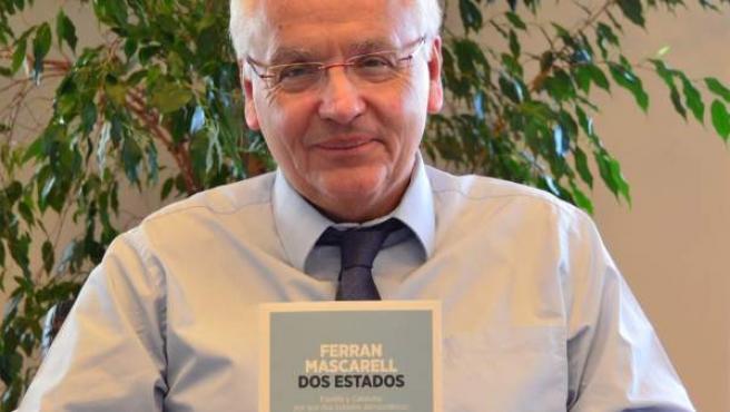 El delegado de la Generalitat de Catalunya en Madrid, Ferran Mascarell, posa con su libro 'Dos Estados', en el que defiende la conveniencia para España de la independencia de Cataluña.