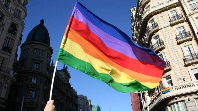 Una bandera arcoíris, símbolo del colectivo LGTB, ondeando en Madrid.