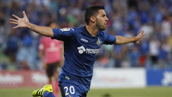 El delantero del Getafe Dani Pacheco celebra tras marcar el tercer gol ante el Tenerife, durante el partido de vuelta de la eliminatoria de ascenso a Primera División que se disputa en el Coliseum Alfonso Pérez de Getafe.
