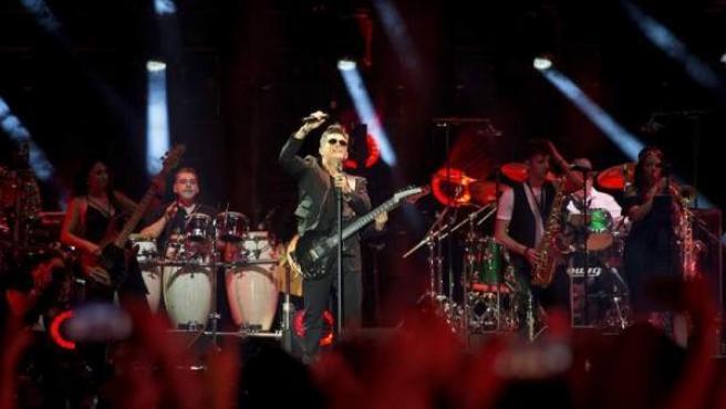 Alejandro Sanz, en una de sus primeras canciones del concierto Más es más, en el estadio Vicente Calderón.