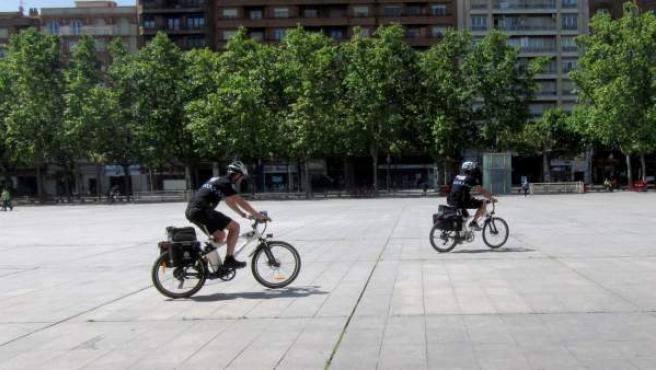 Dos de los agentes en bici de la Policía Local de Logroño