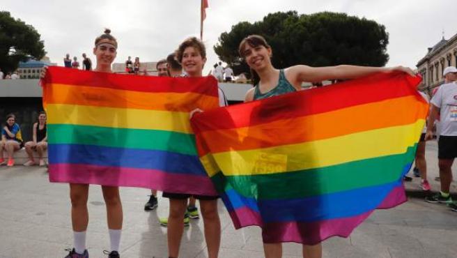 Varios participantes posan antes del inicio de la Carrera por la Diversidad, prueba organizada por primera vez con motivo de la celebración del Worldpride en Madrid.