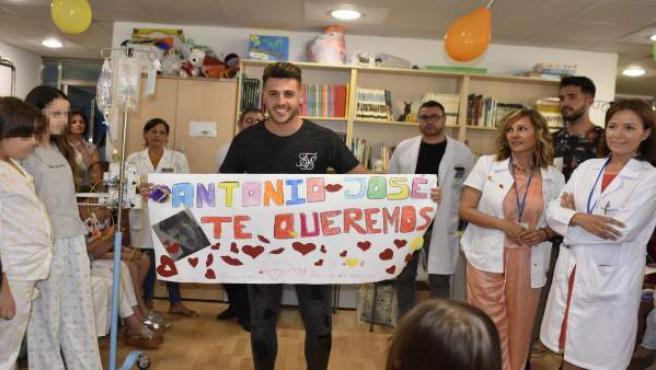 Visita Antonio José al Hospital Reina Sofía