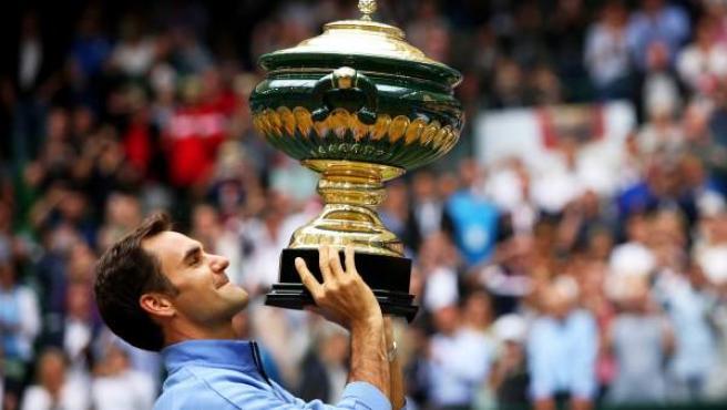 Roger Federer levanta el título en Halle.