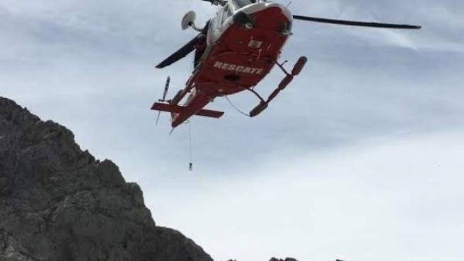 Helicópetero 112 en un rescate en Picos