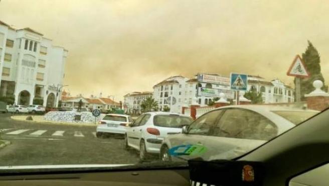 Humo del incendio de Moguer visto desde Matalascañas.