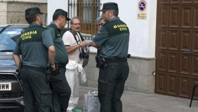Miembros de la Guardia Civil en las inmediaciones de la tienda de bocadillos de Valdepeñas, en Jaén, en la que un Policía Local ha matado al dueño, ha herido accidentalmente a otro que estaba en el local y luego se ha suicidado.