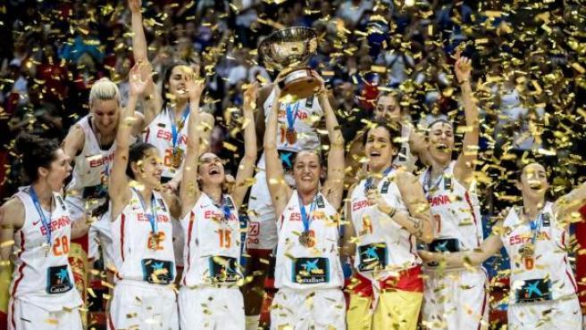 Las jugadoras de la selección española celebran su victoria en el Eurobasket femenino de la República Checa.