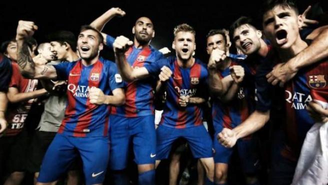 Los jugadores del Barça B celebran su ascenso a Segunda.