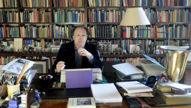 El escritor Javier Marías, en su domicilio en Madrid.