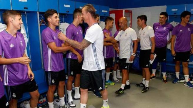 Guti saludando a los jugadores del Juvenil A