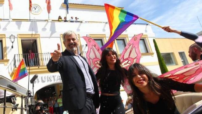 Carlos Sobera y su equipo, con las gemelas Marisa y Cristina Zapata junto a él, en el desfile de First Dates.