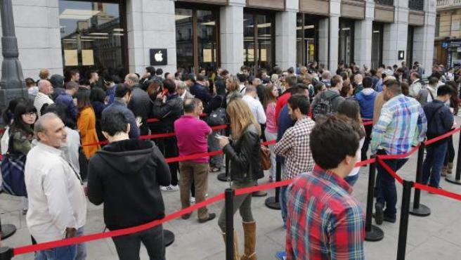 Colas para comprar el iPhone 6 en la tienda Apple de la Puerta del Sol de Madrid.