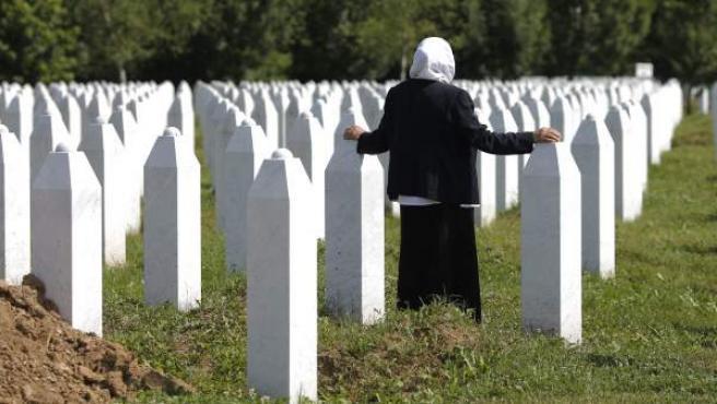Una anciana musulmana visita el Centro Conmemorativo Potocari en Srebrenica (Bosnia-Herzegovina).