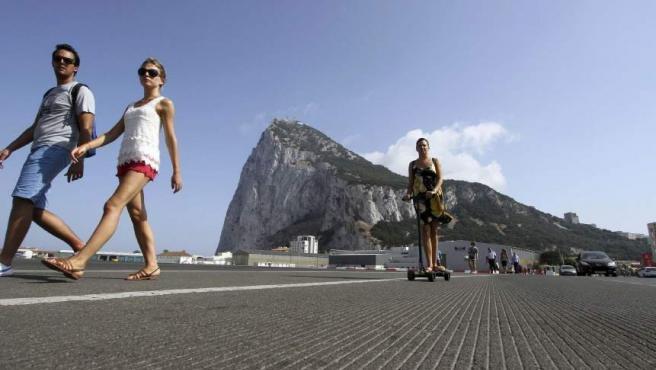 Un grupo de turistas atraviesan la frontera con Gibraltar, en una imagen de archivo.