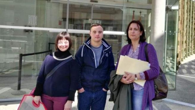 Pilar Sanjuán y dos jóvenes de Down Lleida ante la Fiscalía.