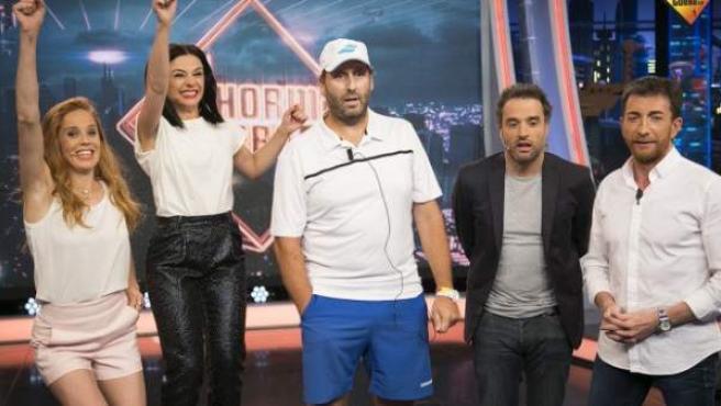 El ganador de 3.000 euros de un concurso de Openbank y 'El hormiguero', en el centro, junto al presentador Pablo Motos e invitados del programa.