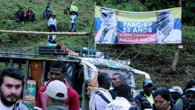 Población civil asiste a una ceremonia de entrega de armas de integrantes de las Fuerzas Armadas Revolucionarias de Colombia (FARC), en el departamento de Cauca (Colombia)