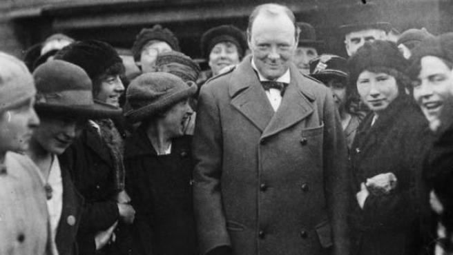 Winston Churchill, en un encuentro con mujeres trabajadoras cerca de Glasgow, Escocia (Reino Unido), al final de la Primera Guerra Mundial, en octubre de 1918.