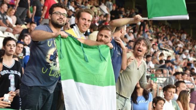 Aficionados de Italia, animando a la sub-21.