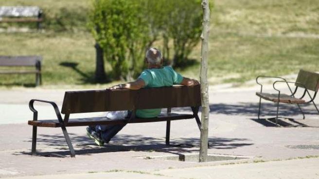 Un hombre jubilado, en un banco disfrutando del buen tiempo.
