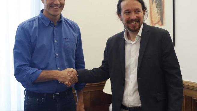 Los secretarios generales del PSOE, Pedro Sánchez, y de Podemos, Pablo Iglesias, se saludan antes de una reunión en el Congreso.