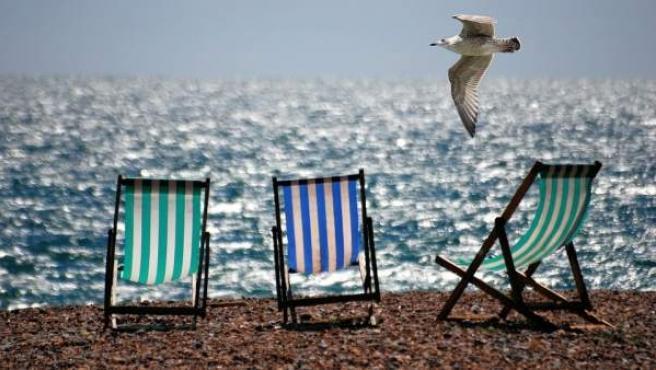 Sillas de playa a la orilla del mar.