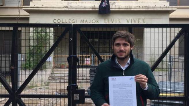 Caballero (PPCV) frente al Colegio Mayor Luis Vives en imagen de archivo